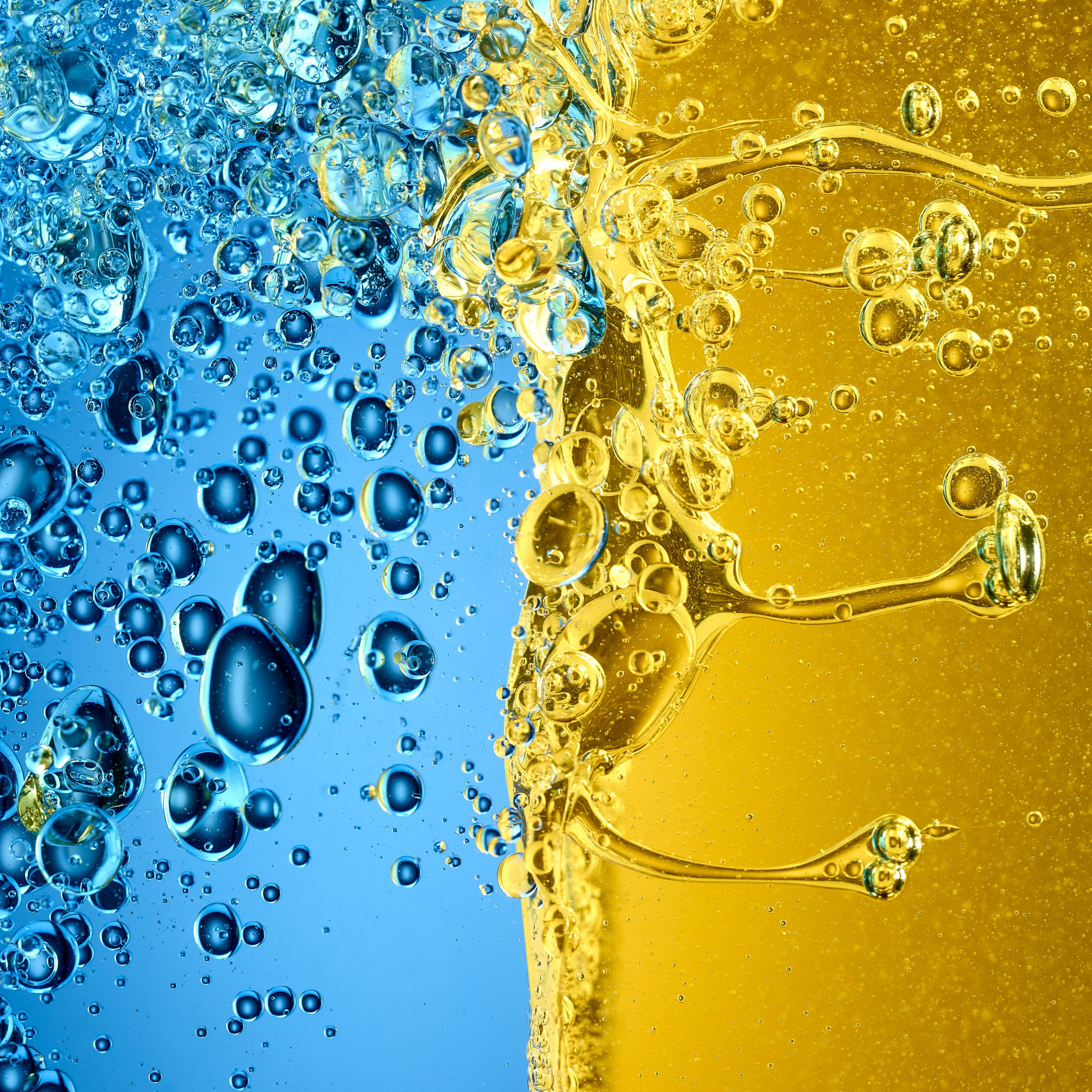 liquids treffen mit hoher Geschwindigkeit aufeinander und produzieren Skulpturen und Blasen die fast schon surreal wirken. Es sind blaue und gelbe Flüssigkeiten