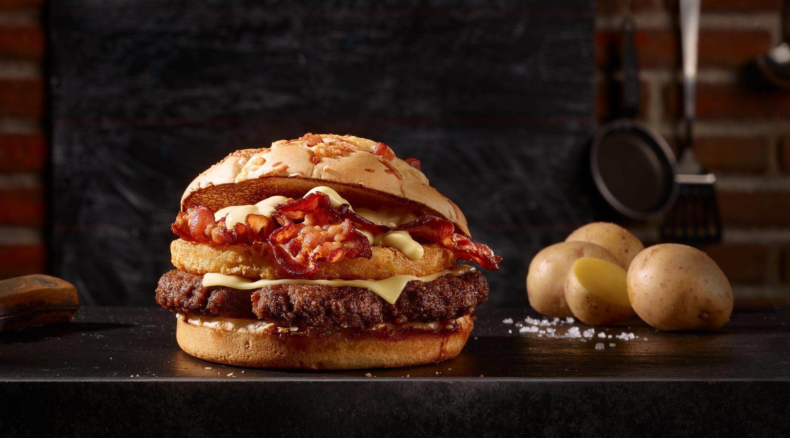 Das Foodstyling für die Foodfotografie ist wichtig, hier sehen wir einen Big Rösti Bacon. Er hat ein Fleischpatty, Käse, Ein Röstipatty , Speck und Sosse drauf.